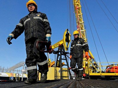 China's daily oil refinery output hits 15-month low in August
