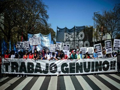 Tens of thousands march for jobs in Argentina