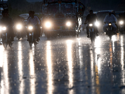 Heavy rainfall, strong winds hit Karachi
