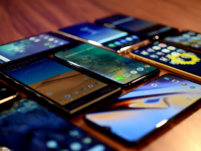 Customs seizes 1,800 smuggled cell phones