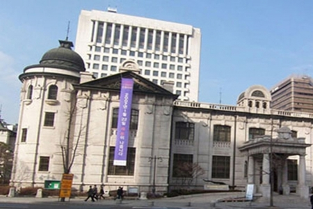 South Korea central bank holds rates, flags a hike in November