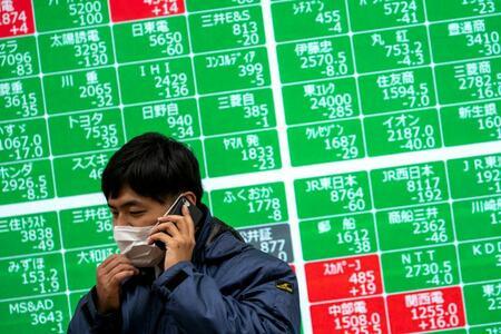 Asian shares edge higher, dollar weak as traders await earnings