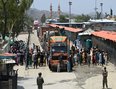 Thousands stranded as Pakistan, Afghan border crossing stays closed
