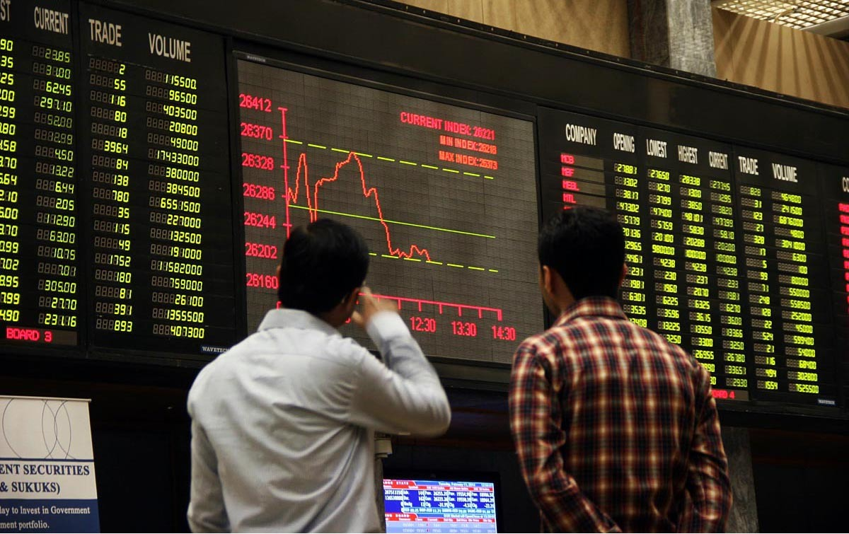 Px11-013 KARACHI: Feb11 – Brokers look at digital screen during bearish trend at Karachi Stock Exchange. ONLINE PHOTO by Sabir Mazhar