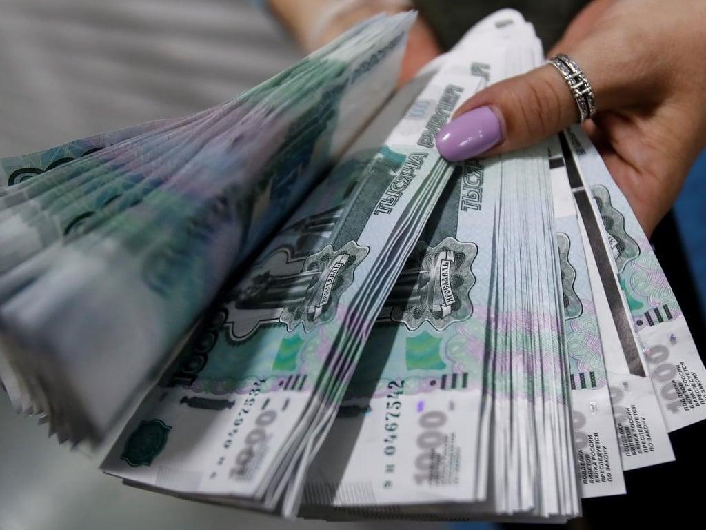 Russian rouble slumps on renewed sanctions risk, weak oil prices