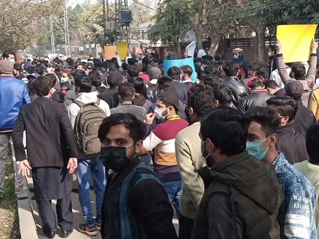 Protest against on-campus exams: Lahore police register cases against 500 students - Pakistan - Business Recorder