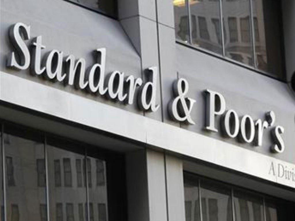 S&P 500 near flat; hedge fund default concerns hit banks