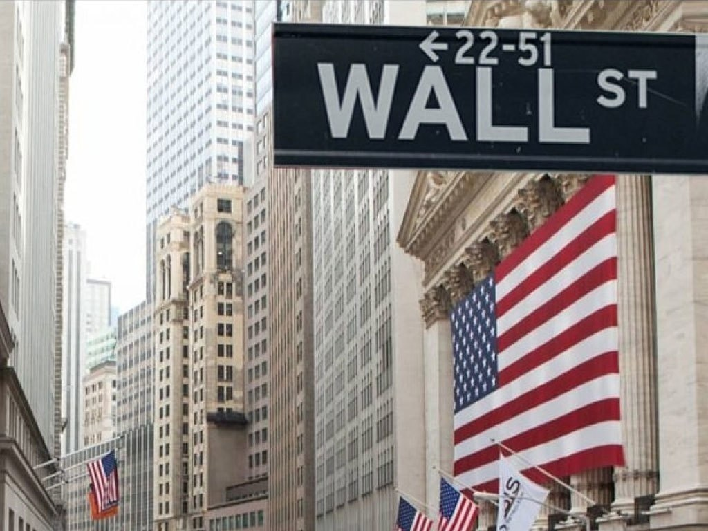 Wall Street lower after Fed report
