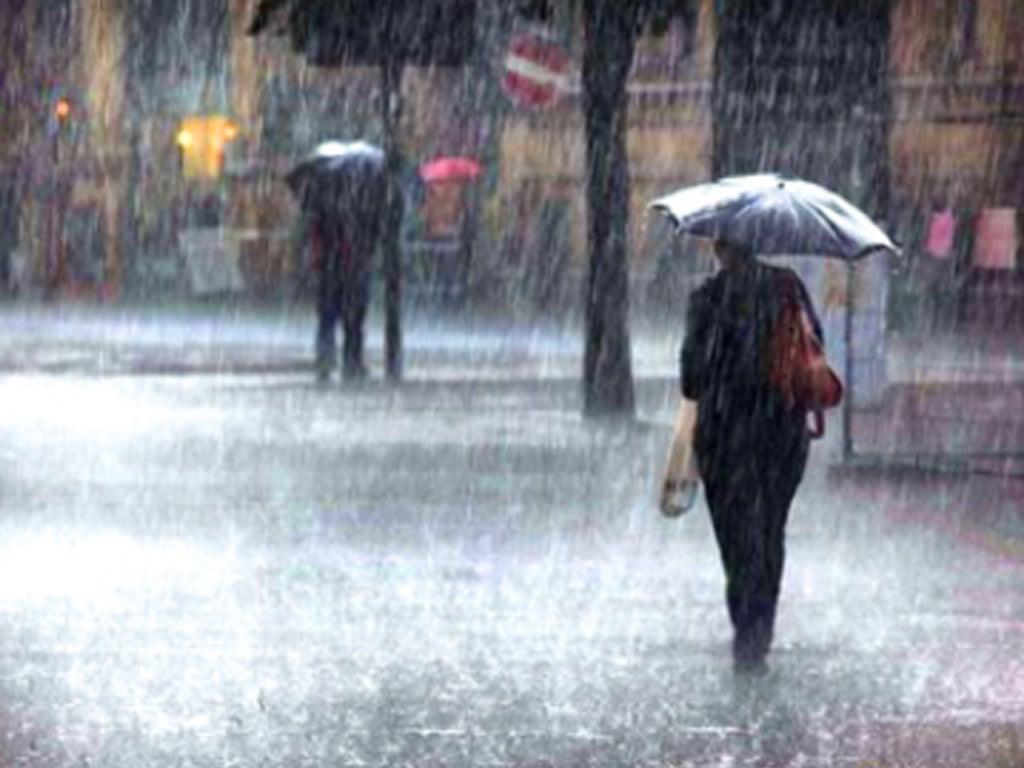 Intermittent rains inundate Karachi