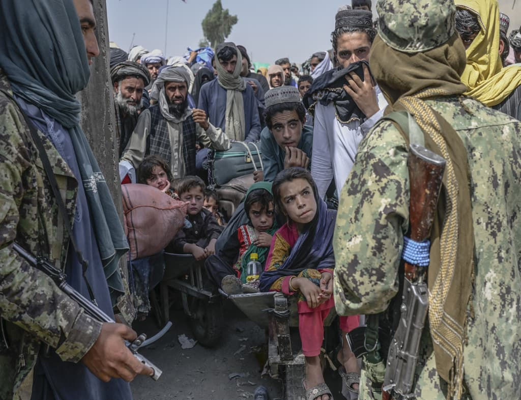 Crossing into Pakistan: Escape hopes dashed for thousands of Afghans
