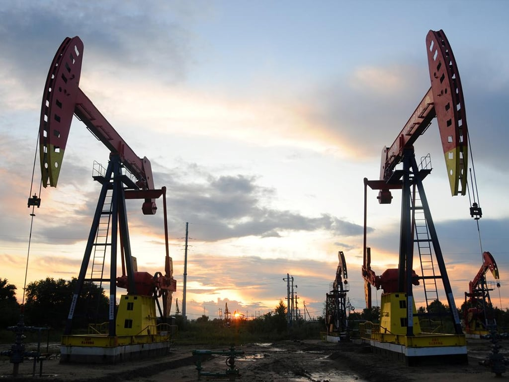 Oil prices ease off highs