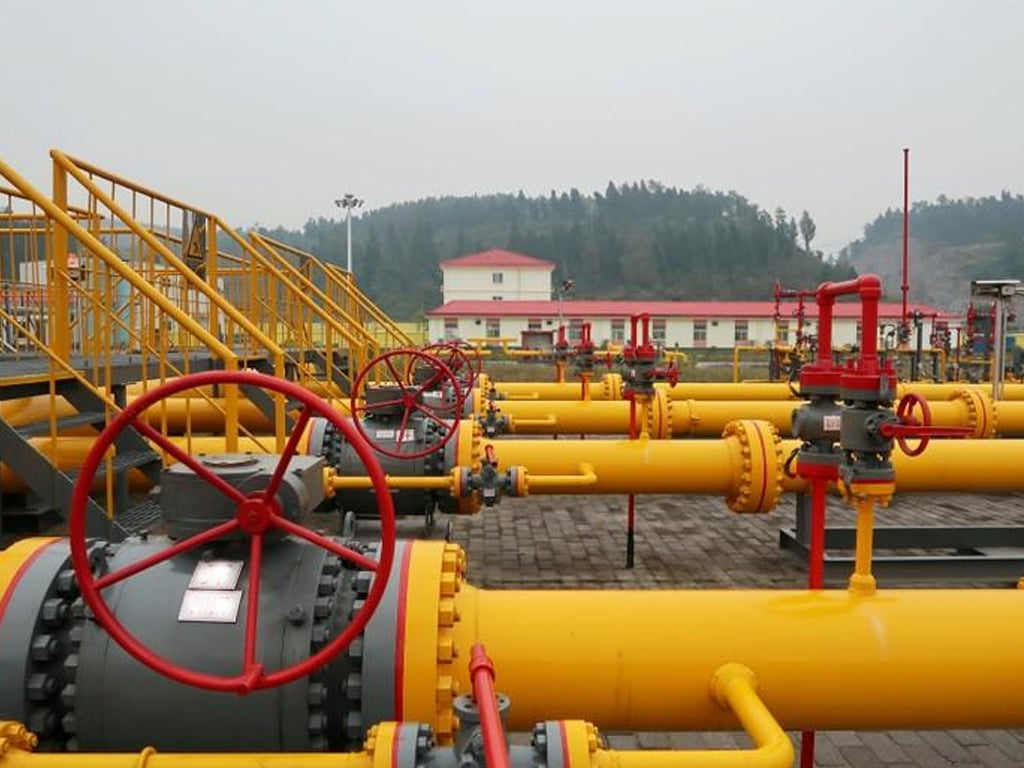 US natural gas futures slide 2% on mild forecasts, healthy stockpiles