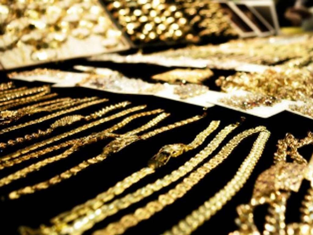 Gold edges down as rising US bond yields weigh