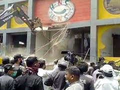 Police, shopkeepers clash during demolition of shopping mall, club in Karachi