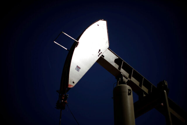 US crude inventories rise unexpectedly, product stocks dip