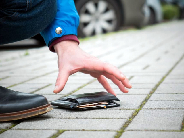 Good Samaritan finds an ingenious way to contact a man who lost his wallet